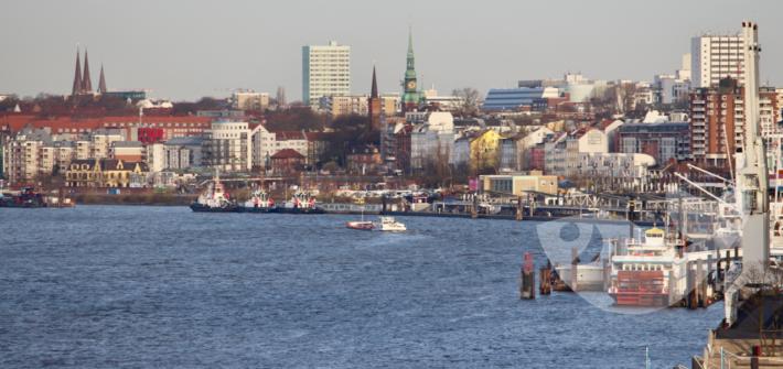 Blick vom Kreuzfahrtschiff nach Ankunft im Hamburger Hafen