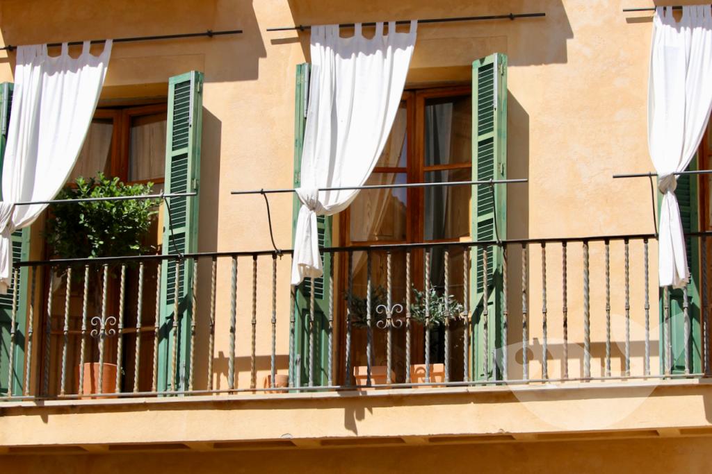 Altstadtfassade mit offnem Balkon