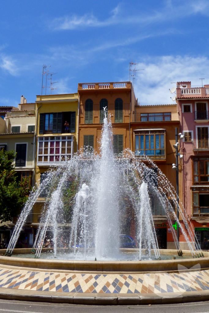 Brunnen am Placa de la Reina im Zentrum von Palma