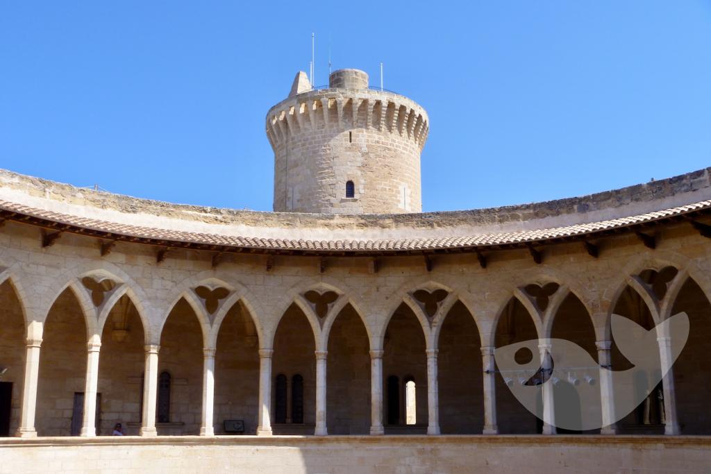 Blick auf den Innenhof des Castell de Bellver bei Palma