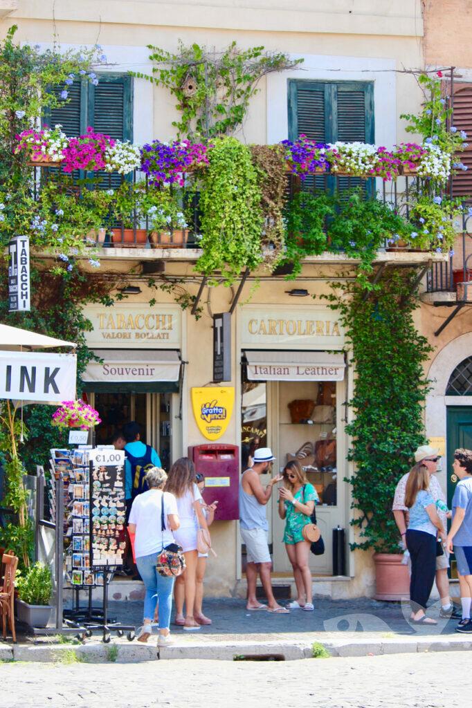 Umliegende Geschäfte auf der Piazza Navona in Rom