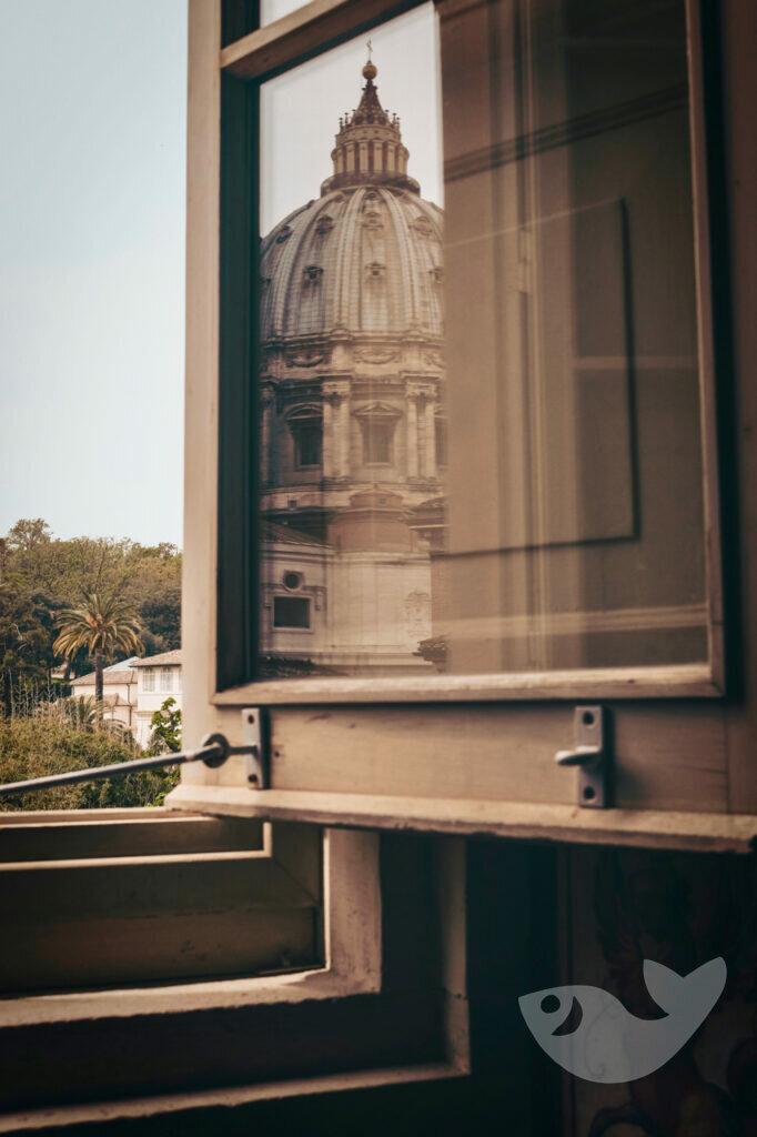 Blick durchs Fenster; Petersdom in Rom