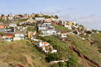 Häuser an den Berghängen in der Nähe von Funchal
